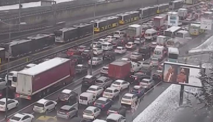 D-100'de yoğun trafik! Bazı noktalarda trafik tamamen durdu…