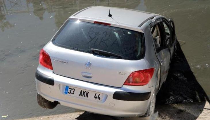 Genç kızın korku dolu anları! Otomobiliyle su kanalına uçtu