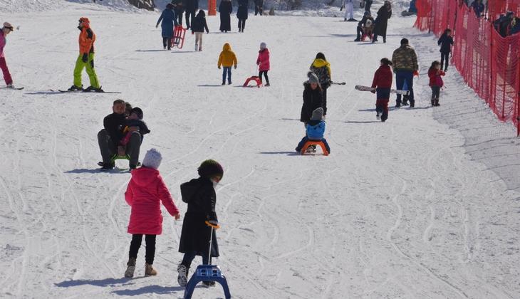 Kar kalınlığı 1 metreyi aştı... Kısıtlamadan muaf olan turistler akın etti!