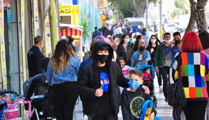 Manisa'da koronavirüse rağmen caddeler doldu taştı!
