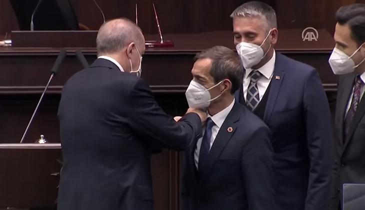 Cumhurbaşkanı Erdoğan, CHP'den ayrılıp AK Parti'ye katılan Nejat Önder'e rozet taktı