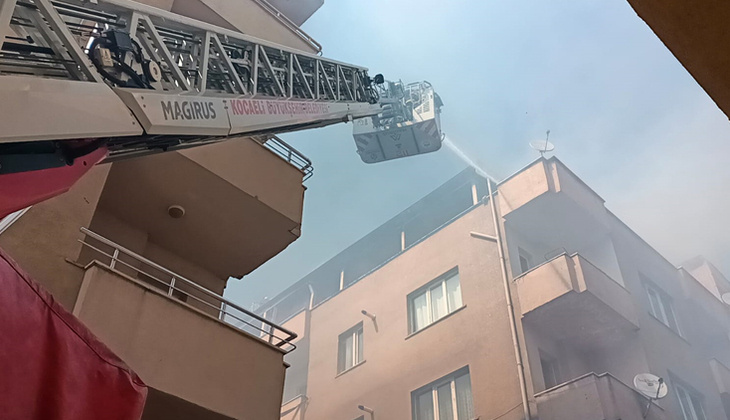 Kocaeli'de terasta mangal çatıyı yaktı!