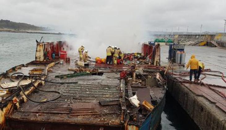 Söküm işlemi yapılan teknede yangın çıktı