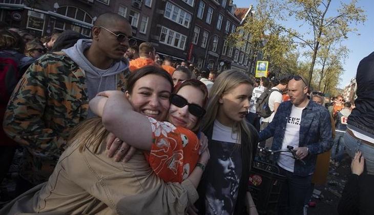 Hollanda'da 3 aydır süren kısıtlamalar sona erdi