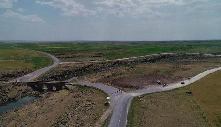 Diyarbakır'da tarihi köprü, araç trafiğine kapatıldı
