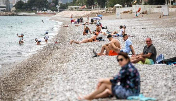 Antalya'da turistler sahillere akın etti!