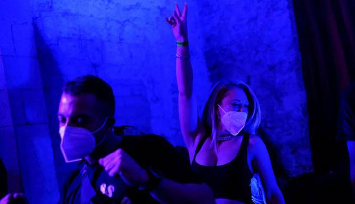 Bir günlük izin çıktı: Yüzlerce kişi maskeyle eğlendi