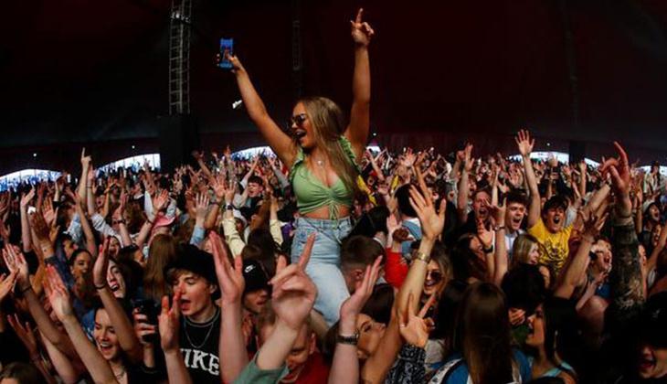 İngiltere'de sosyal mesafe ve maske kurallarının olmadığı pilot festivale 5 bin kişi katıldı