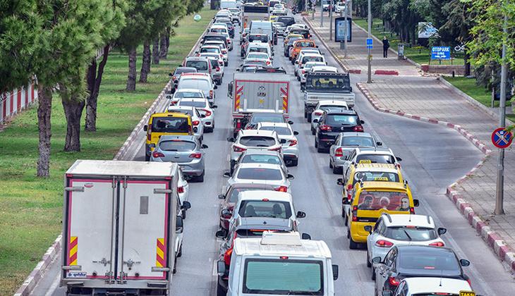 Antalya'da tam kapanma yoğunluğu! Trafik kilitlendi, kilometrelerce kuyruk oluştu