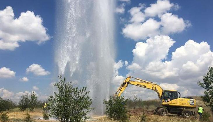 Ankara'da su borusu hattı patladı! Metrelerce yükseldi