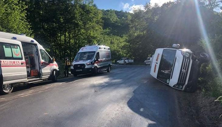 Geziden dönenleri taşıyan minibüs devrildi: 15 yaralı