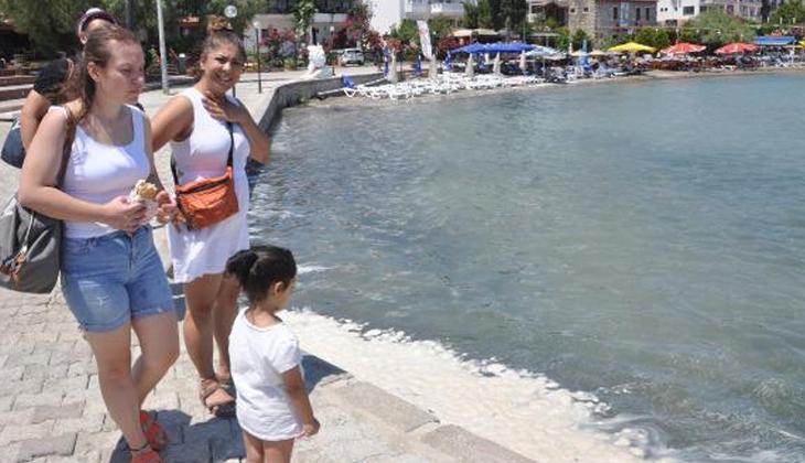 Muğla'da endişelendiren görüntü! Denizin üstünde yağ ve deterjan tabakası oluştu