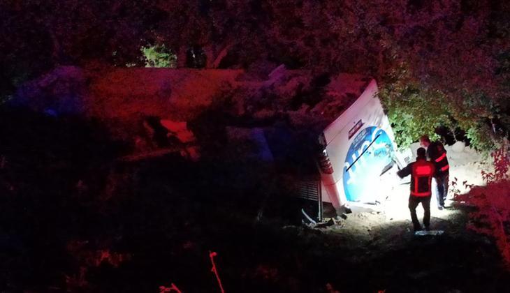 Otobüs kaza yaptı! Afgan göçmenler bahçede saklanırken yakalandılar