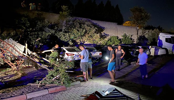 Şiddetli rüzgar çatıyı arabaların üzerine uçurdu