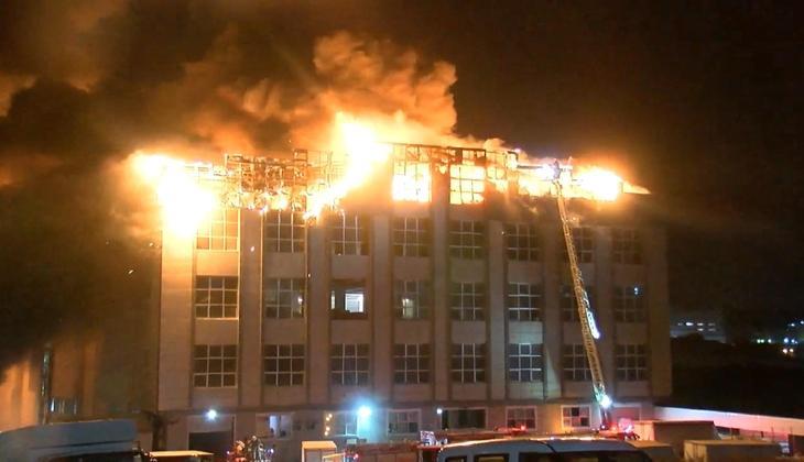 Arnavutköy'de panik anları! Alevler tüm çatıyı sardı