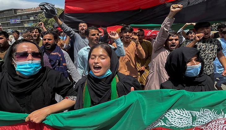 Son dakika: Taliban protestocuları havaya ateş açarak dağıttı!