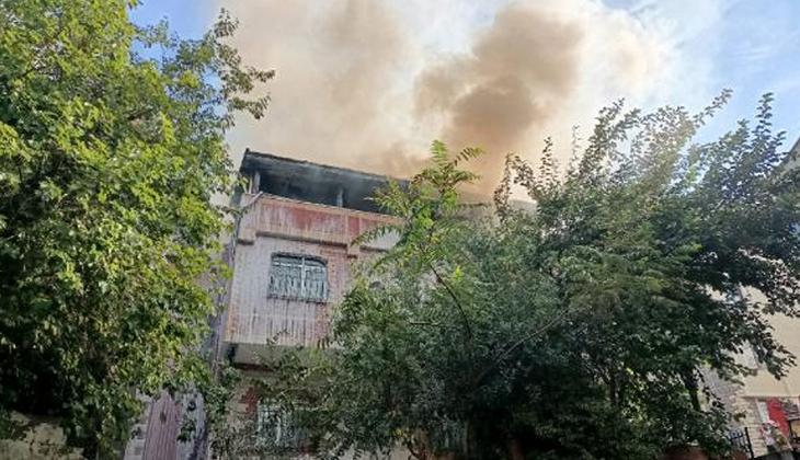 Eyüpsultan'da 3 katlı binanın çatısında yangın!