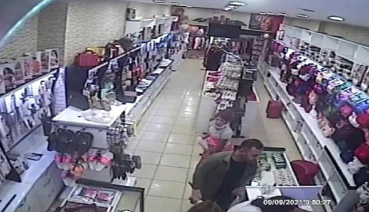 İki arkadaşı kasiyeri oyaladı, çaldığı ürünü eteğinin içine sakladı