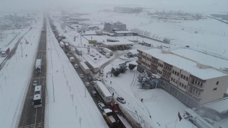 Son dakika... Balıkesir-Susurluk yolu 15 saattir kapalı Kar esareti