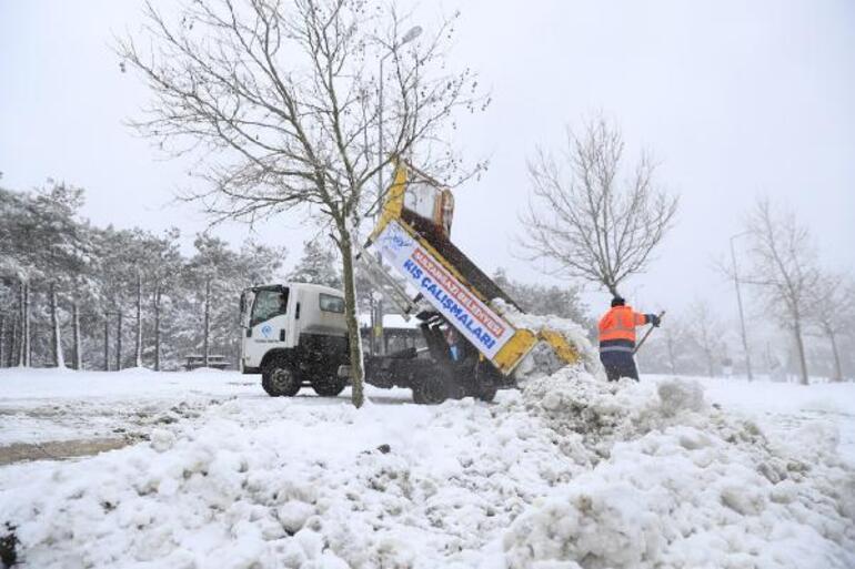 Sokaklardan toplayıp baraj bölgesine taşıyorlar İstanbulda kar hareketliliği