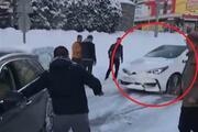Buzlu yolda yarım saatte 1i otobüs 3 araç kaza yaptı