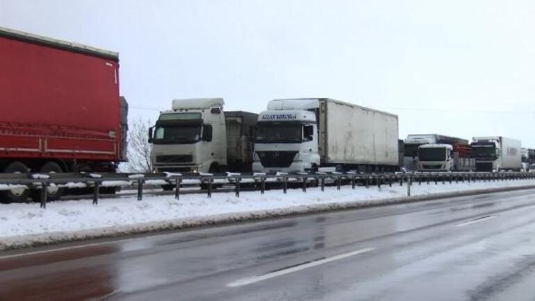 Son dakika... Bursa-İzmir karayolu trafiğe kapandı Kuvvetli kar yağışı ve trafik kazaları...