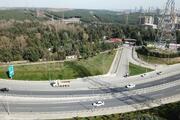 İstanbulda inanılmaz görüntü Üst geçit yolun ortasına iniyor