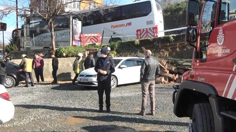 Beşiktaşta istinat duvarı çöktü Araçlar altında kaldı...