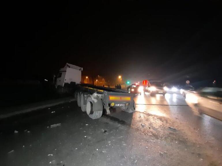 Damperi açılan kamyon önce üst geçide sonra otomobile çarptı: 2 yaralı