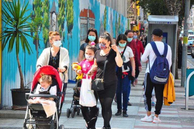 Manisada koronavirüse rağmen caddeler doldu taştı