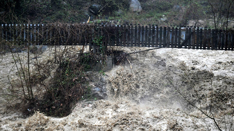 Bursada zor anlar Şiddetli yağış hayatı felç etti