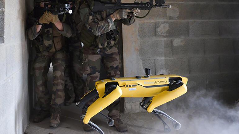 Korkulan senaryo gerçek oldu: İşte Boston Dynamicsin robot köpeğinin yeni işi