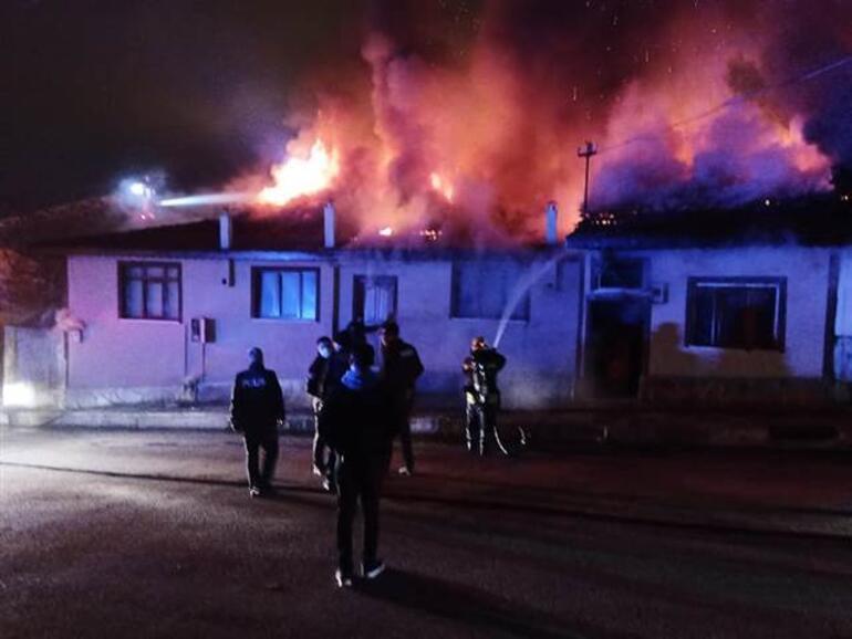 Kastamonuda yangın paniği 4 ev alevlere teslim oldu