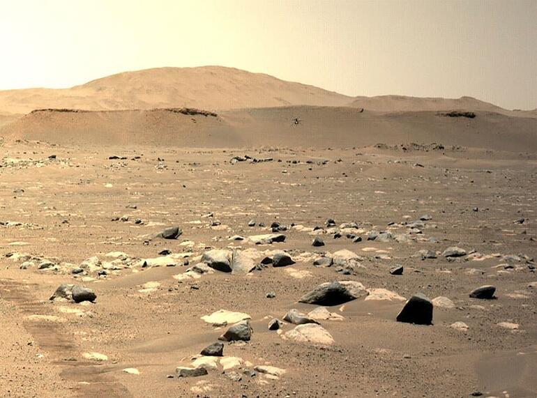 NASAnın Marsa indirdiği mini helikopter Ingenuity ilk fotoğraflarını gönderdi