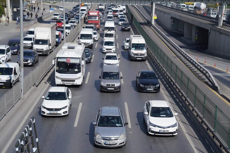 Tam kapanmanın ilk gününde toplu ulaşım ve trafikte yoğunluk Ek sefer konuldu