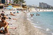 Dünyaca ünlü Konyaaltı Sahili, <strong>turist</strong>lere kaldı