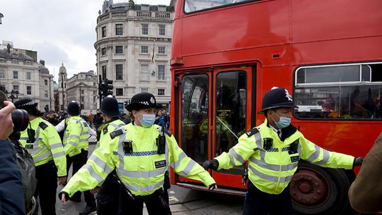İngiltere sokakları darmaduman Binlerce kişi sokağa döküldü