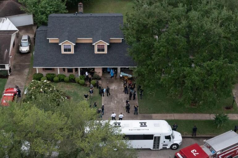 ABDde polis ihbar üzerine gittiği evde 90 kişi buldu