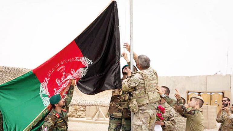 20 yıl sonra devir teslim Amerikan bayrağı indi Afgan bayrağı çekildi