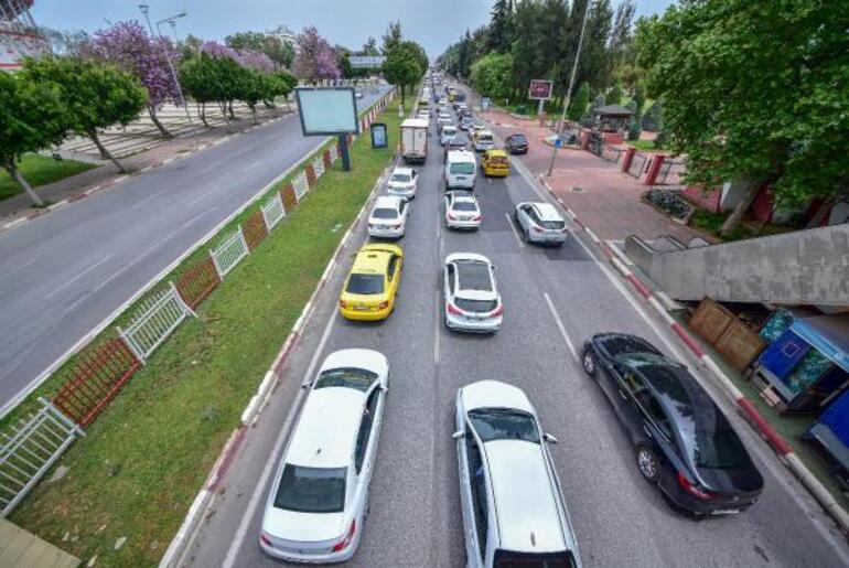 Antalyada tam kapanma yoğunluğu Trafik kilitlendi, kilometrelerce kuyruk oluştu