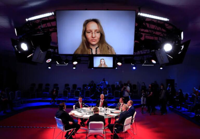 Putinin kızı iş konferansında ortaya çıktı