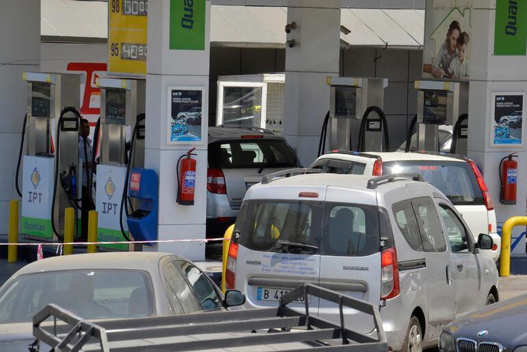 Dünya şokta: Lübnanda yakıt stoku tükenmek üzere... Araç kuyrukları böyle görüntülendi