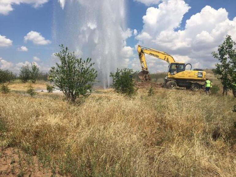 Ankarada su borusu hattı patladı Metrelerce yükseldi