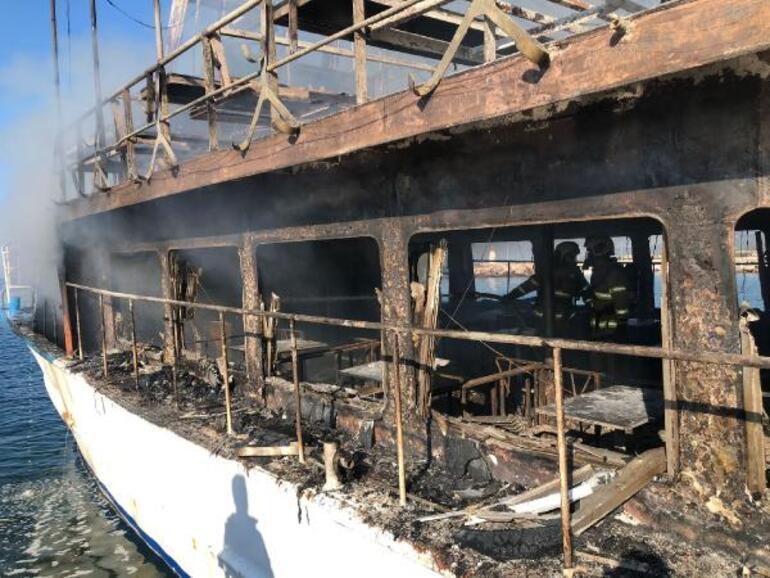 Altınolukta tur teknesi yandı