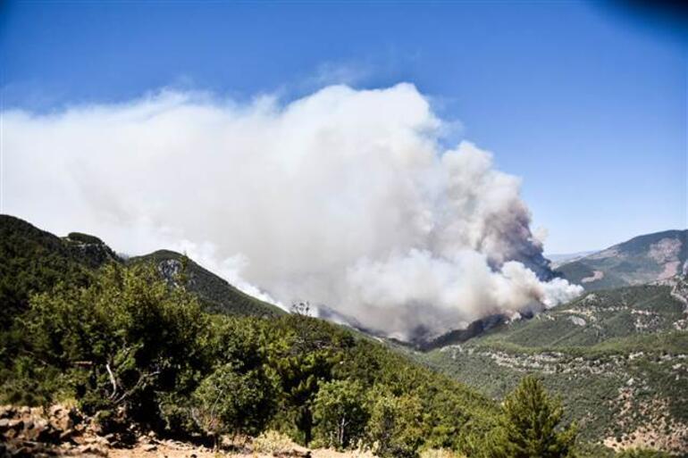 Son dakika... Mersinin Aydıncık ilçesindeki yangın 2 gündür sürüyor Bakan Pakdemirli telsizle anons etti, üs bölgesi boşaltılıyor
