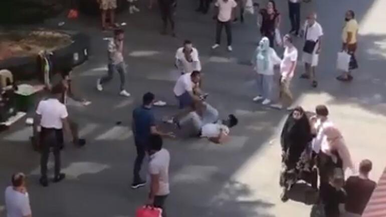 Antalya'nın en işlek caddesinde tekme tokatlı kavga Yere düşürüp üstüne çullandılar