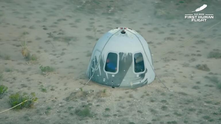 Son dakika: İşte ilk görüntüler Kapsül dünyaya indi... Jeff Bezosun uzay yolculuğu başarıyla tamamlandı