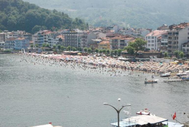 Amasranın nüfusu 10 kat arttı, plajda şemsiye açacak bile yer kalmadı Belediye Başkanı: Bütün izinleri kaldırdık