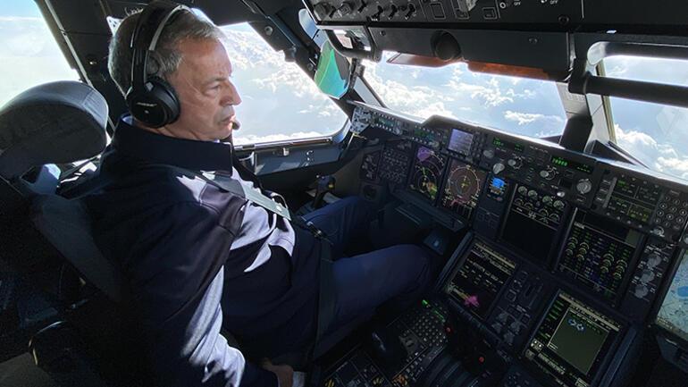 Son dakika: Milli Savunma Bakanı Akar, Koca Yusufun kokpitinde... Esen 01den pilotlara mesaj