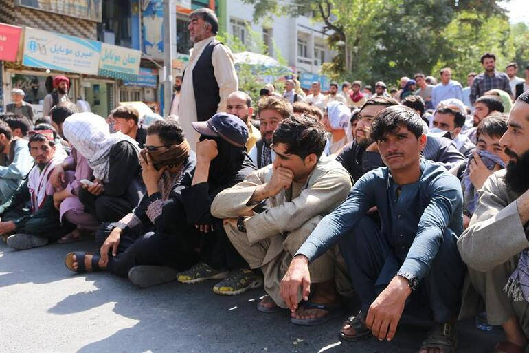Afganistanda şimdi de nakit çilesi başladı... Çaresiz halk banka önlerinde kuyruklar oluşturmaya devam ediyor